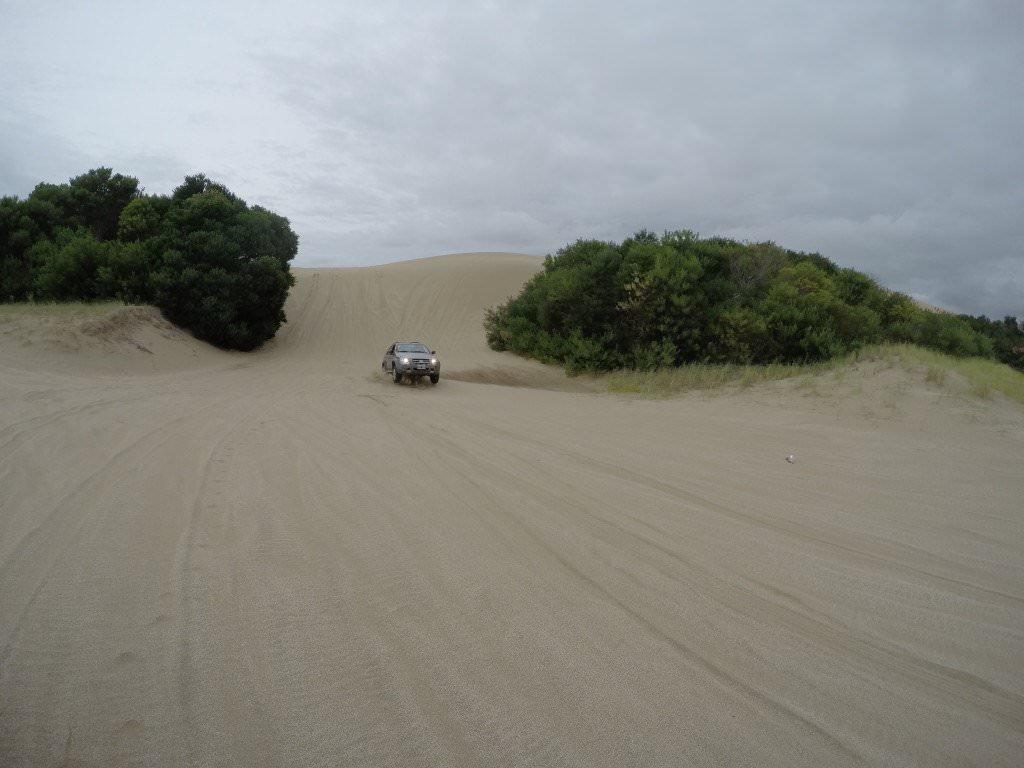 Fiat Palio bajando pendiente en dunas
