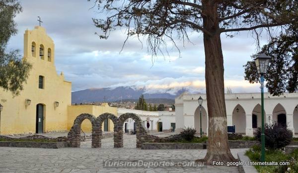 Plaza de Cachi pueblo Salta Argentina